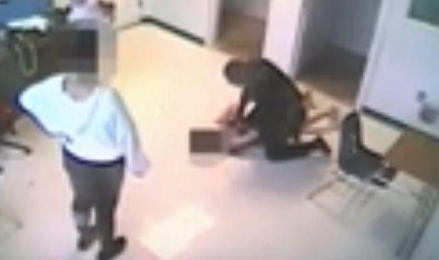 الشرطي يعتدي على الطالبة