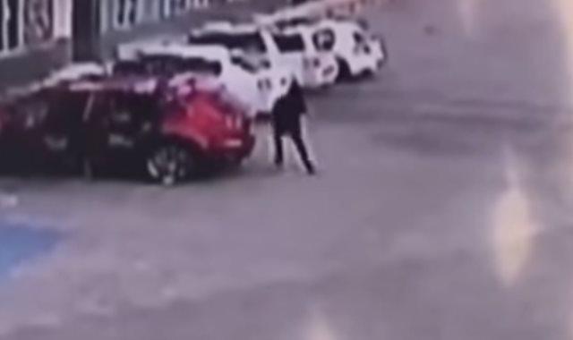 لحظة اغتيال ضابط مكسيكى