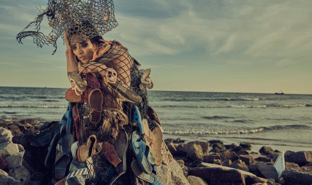 فنان صينى يحول القمامة والنفايات إلى أزياء غريبة