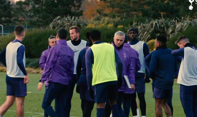 مورينيو مع لاعبي توتنهام