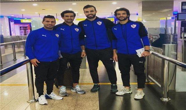 طارق حامد مع زملائه في المطار