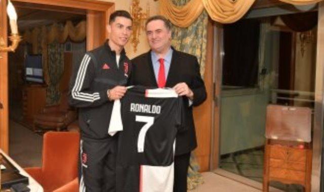 رونالدو يهدى قميصه لوزير خارجية إسرائيل