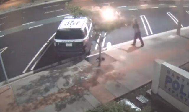 الشاب يشعل النار فى سيارة الشرطة