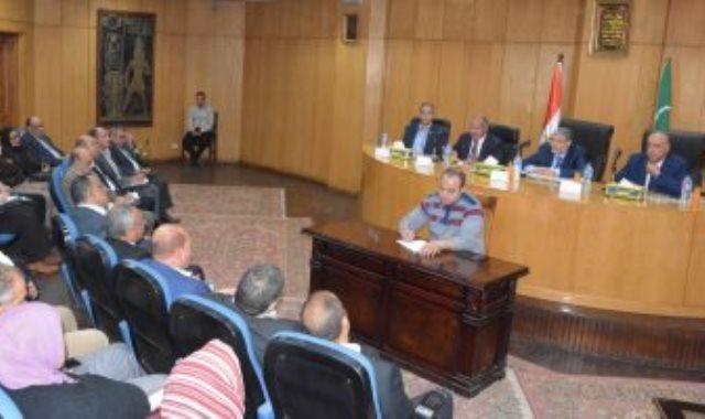 محافظ المنيا يبحث مع وفد وزارة التخطيط