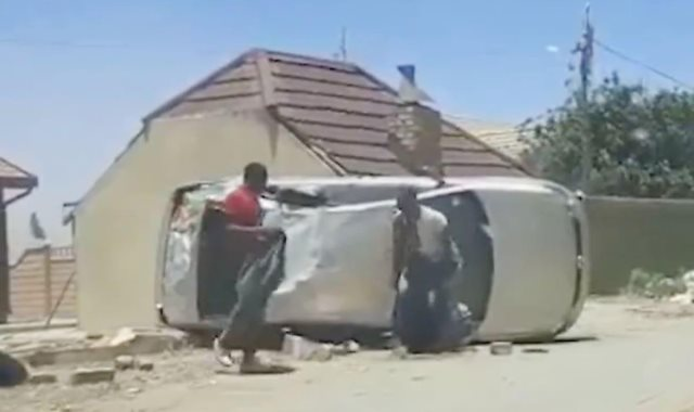 تحطم السيارة وخروج الشباب سالمين