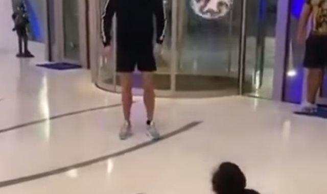 كريستيانو يتبادل تمرير الكرة مع طفل من ذوي الاحتياجات الخاصة