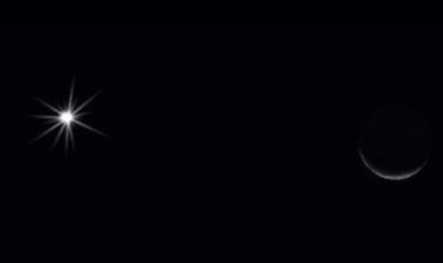 هلال القمر يقترن بالزهرة
