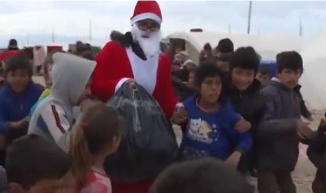 بابا نويل مع أطفال مخيم واشوكانى