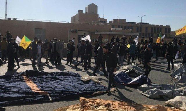 العراقيون أمام السفارة الأمريكية فى بغداد