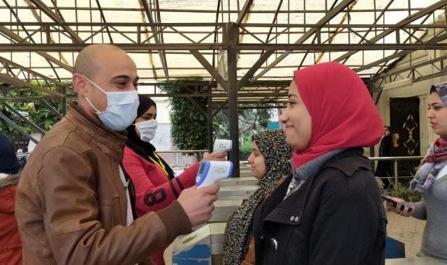 فرق طبية بالكواشف على الحرارة على بوابات جامعة عين شمس