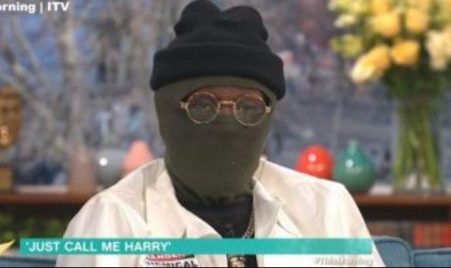 مغنى الراب يغطى وجهه