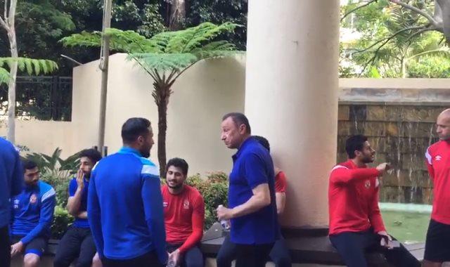 الخطيب يطمأن علي لاعبي الأهلي