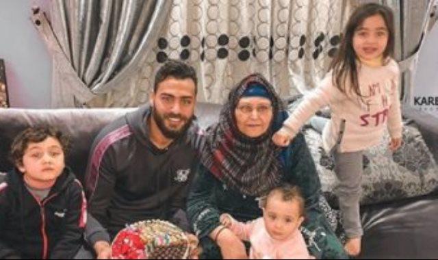 ابو جبل مع والدته واسرته