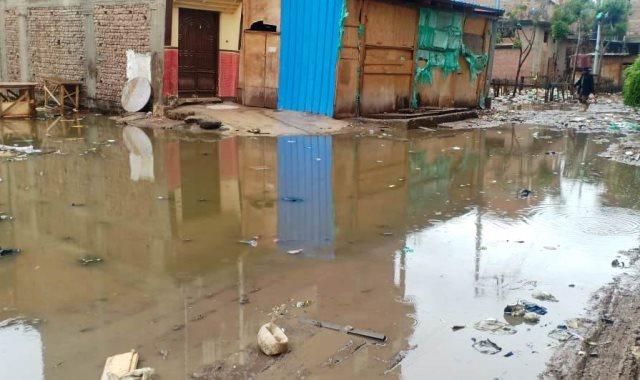 مياه الأمطار تحاصر منازل قرية السيالة