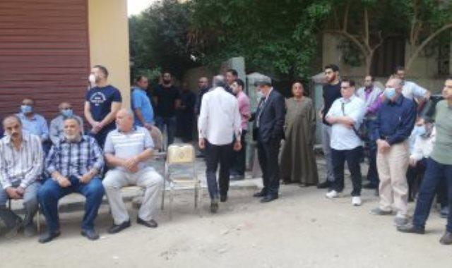 العشرات أمام منزل الطبلاوى بالعجوزة تمهيدا لبدء الجنازة