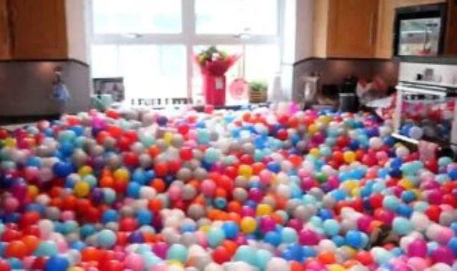يوتيوبر بريطانى يفاجئ زوجته وأولاده بـ 250 ألف كرة