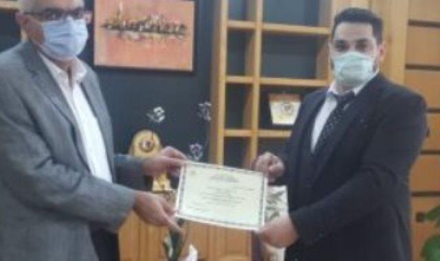 رئيس جامعة المنصورة يكرم الطالب مخترع الروبوت