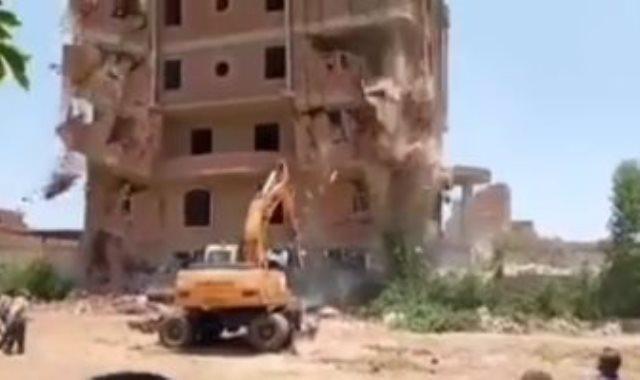 سقوط عقار مخالف على حفار أثناء إزالته بالجيزة