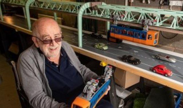 العجوز ونموذج أقدم قطار معلق في العالم