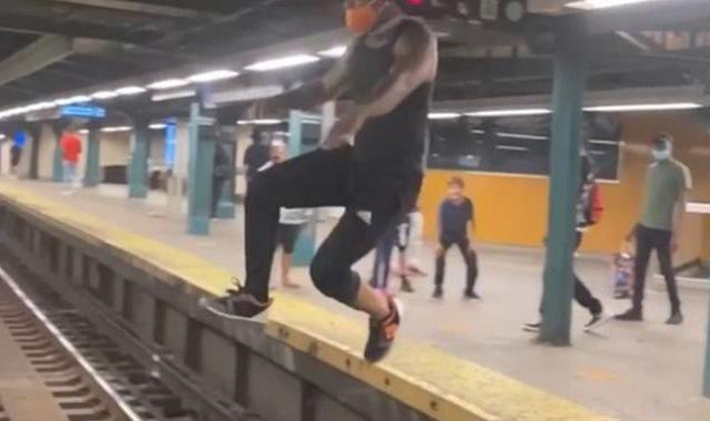 الشاب خلال تنفيذه القفزة فى محطة القطار