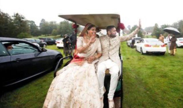 العروسان يلوحان للمعازيم