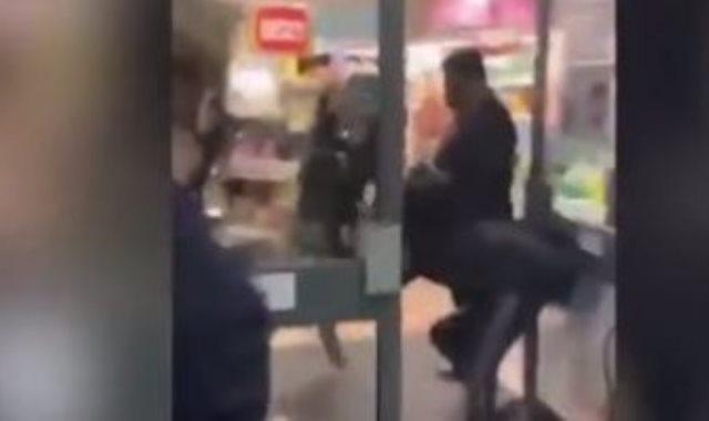 المرأة تضرب أخرى رفضت ارتداء كمامة
