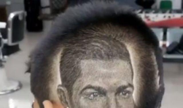 مشجع يرسم وجه رونالدو على شعره من الخلف