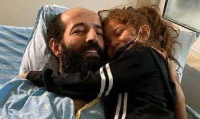 ماهر الأخرس يحتضن طفلته