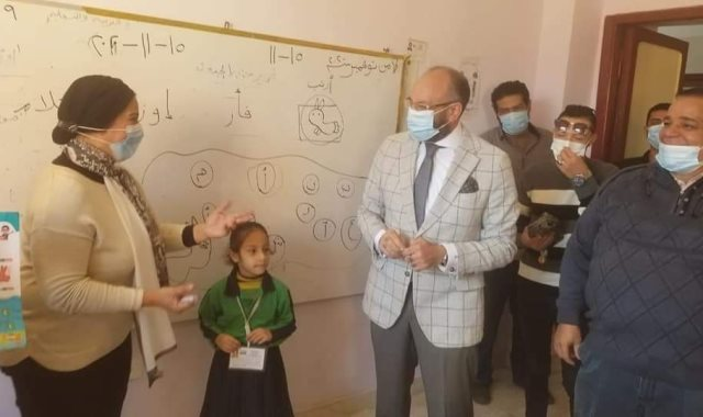 النائب البرلمانى الدكتور حسام المندوه خلال جولة تفقدية لعدد من مدارس بولاق الدكرور