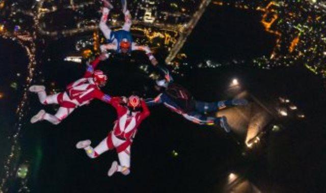 القفز من أعلى الأهرامات ليلا