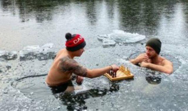 الرجلان يلعبان الشطرنج ببحيرة متجمدة
