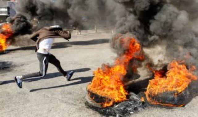 لبنانيون يقطعون الطرقات احتجاجاً على تردى الأوضاع