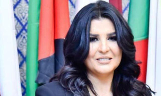 الإعلامية منى الشاذلى تحصل على درع المرأة العربية