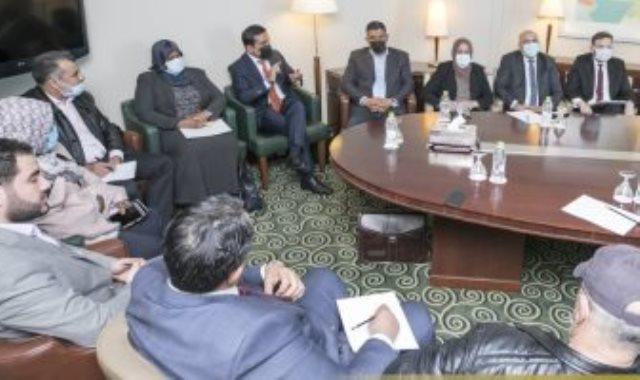 أعضاء المجلس الرئاسى الليبى مع أعضاء لجنة الحوار