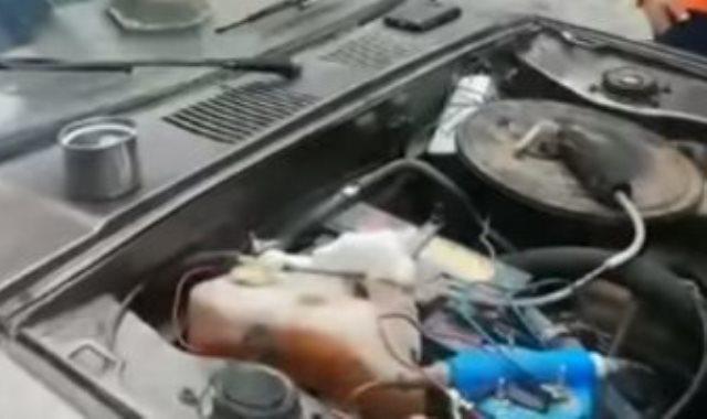 الجهاز بالسيارة