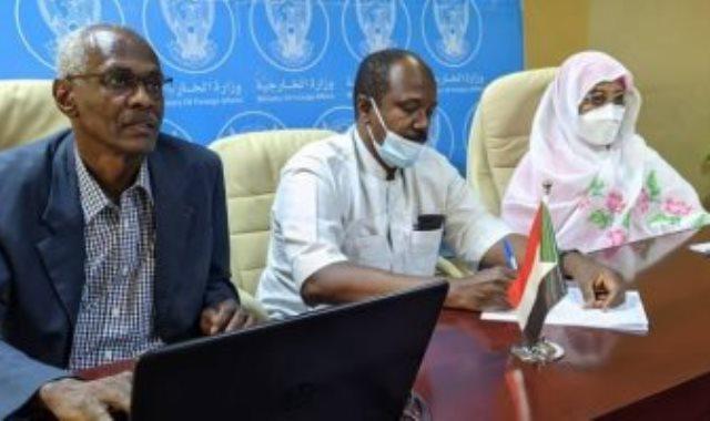 وزيرة الخارجية السودانية ووزير الرى السوداني خلال الاجتماع مع السفراء