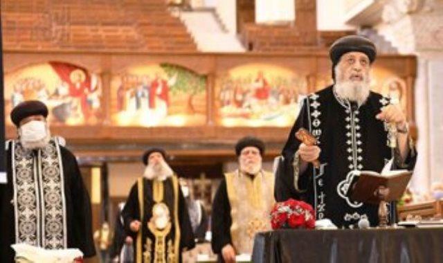 قداسة البابا تواضروس الثاني أثناء صلوات الجمعة العظيمة