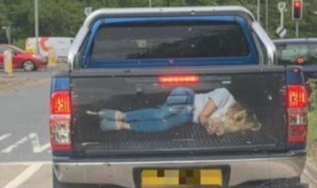 الصورة على خلفية السيارة