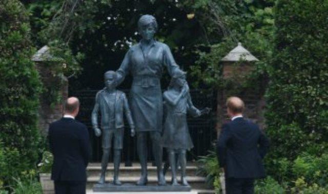 هارى ووليام أمام تمثال والدتهما الراحلة الأميرة ديانا