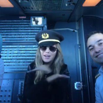 نيكول سابا في كابينة الطائرة