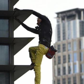 الرجل العنكبوت يتسلق برجا شاهقا فى باريس