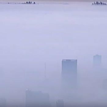 الدخان يخفى مدينة أسترالية