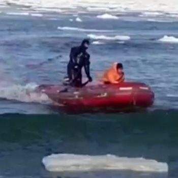 رجل إنقاذ أثناء مساعدة أحد الصيادين