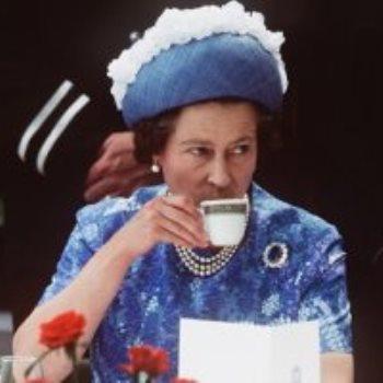 الملكة إليزابيث في حفلة شاي