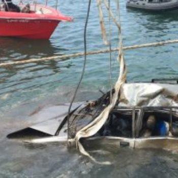 انتشال جثة داخل سيارة من ضحايا انفجار بيروت
