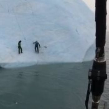مغامرين يتسلقان جبل من الجليد