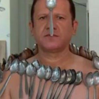 إيراني يحول جسمه إلى مغناطيس