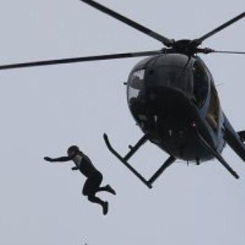 جندى سابق يقفز من طائرة هليوكوبتر