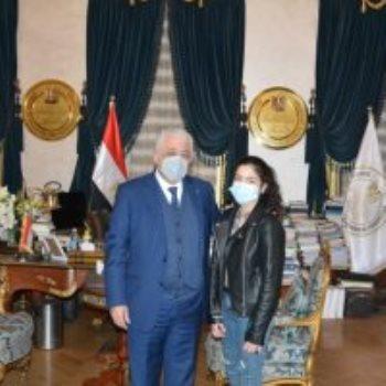 وزير التعليم مع الطالبة هالة محمود