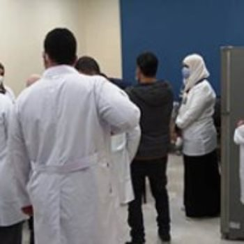 الطواقم الطبية تتلقى لقاح كورونا بمستشفى أبو خليفة